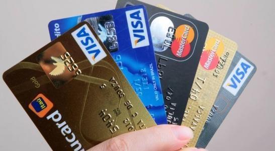 ATOLADOS EM DÍVIDAS! Brasileiros recorrem ao crédito rotativo, apesar do altíssimo custo