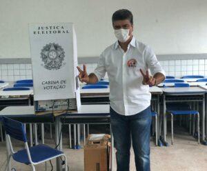 Deoclides Macedo no momento de votar