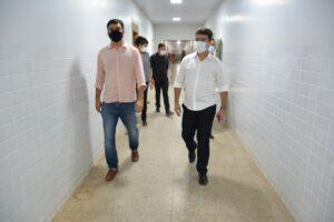 Secretário Rubens Jr. e prefeito Deoclides vistoriam obra do hospital